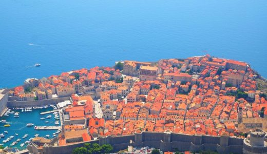 アドリア海とテラコッタ屋根が美しいドブロブニク