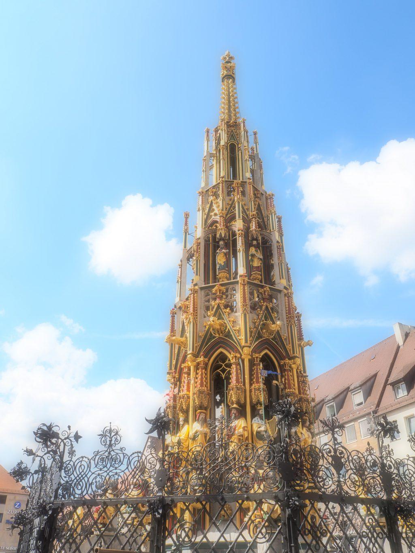 ハウプトマルクト(Hauptmarkt)にある美しい泉の塔