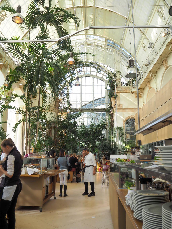 温室の中のカフェレストラン「Palmenhaus」