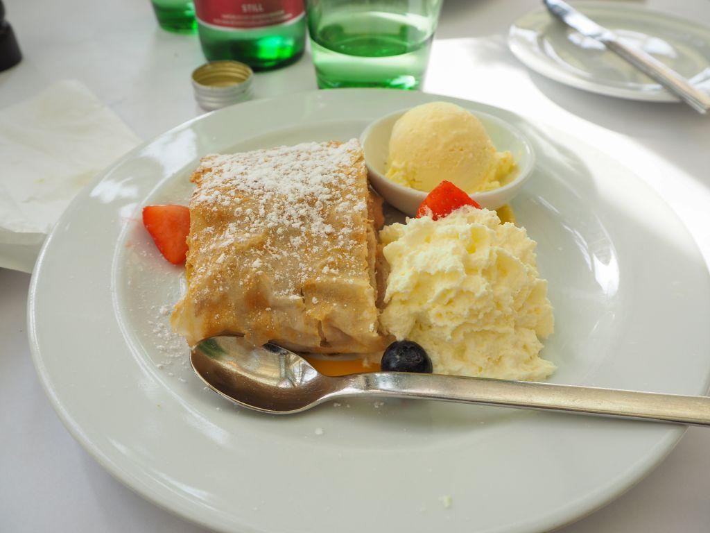 温室の中のカフェレストラン「Palmenhaus」のケーキ